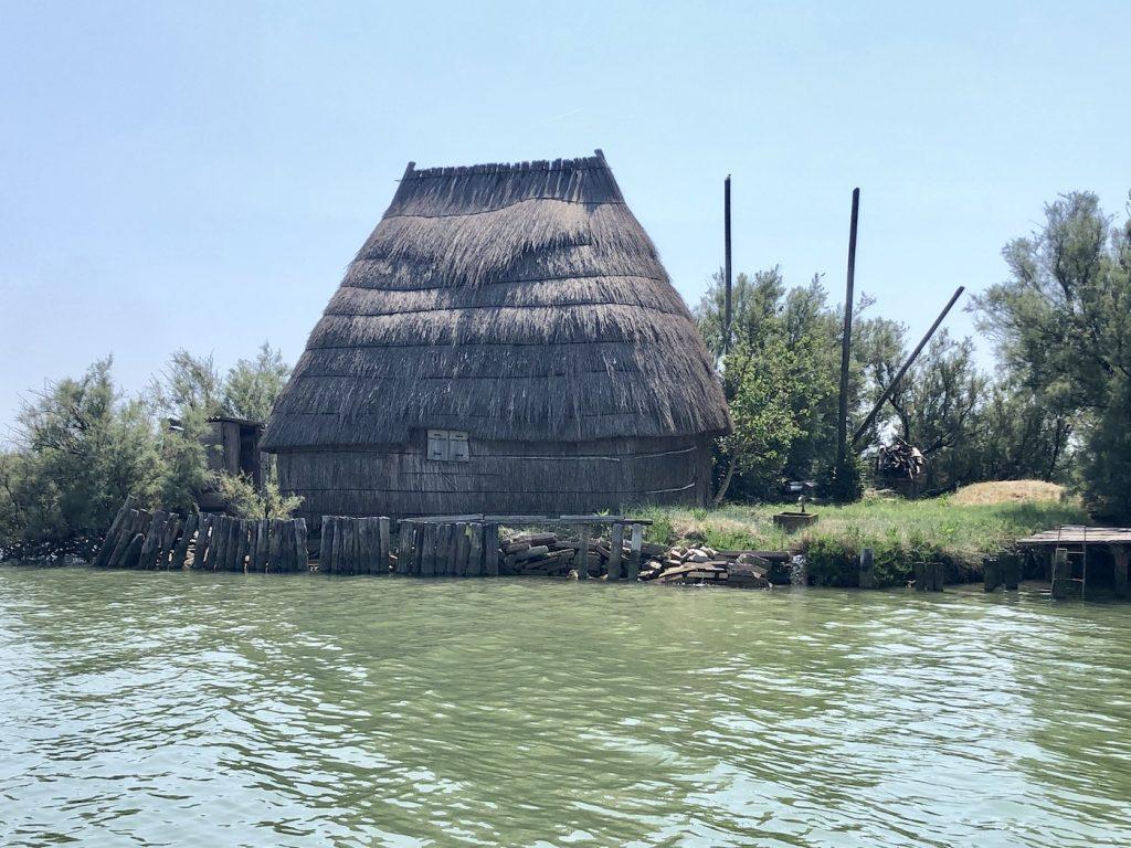 I tipici casoni dei pescatori nella Laguna di Marano