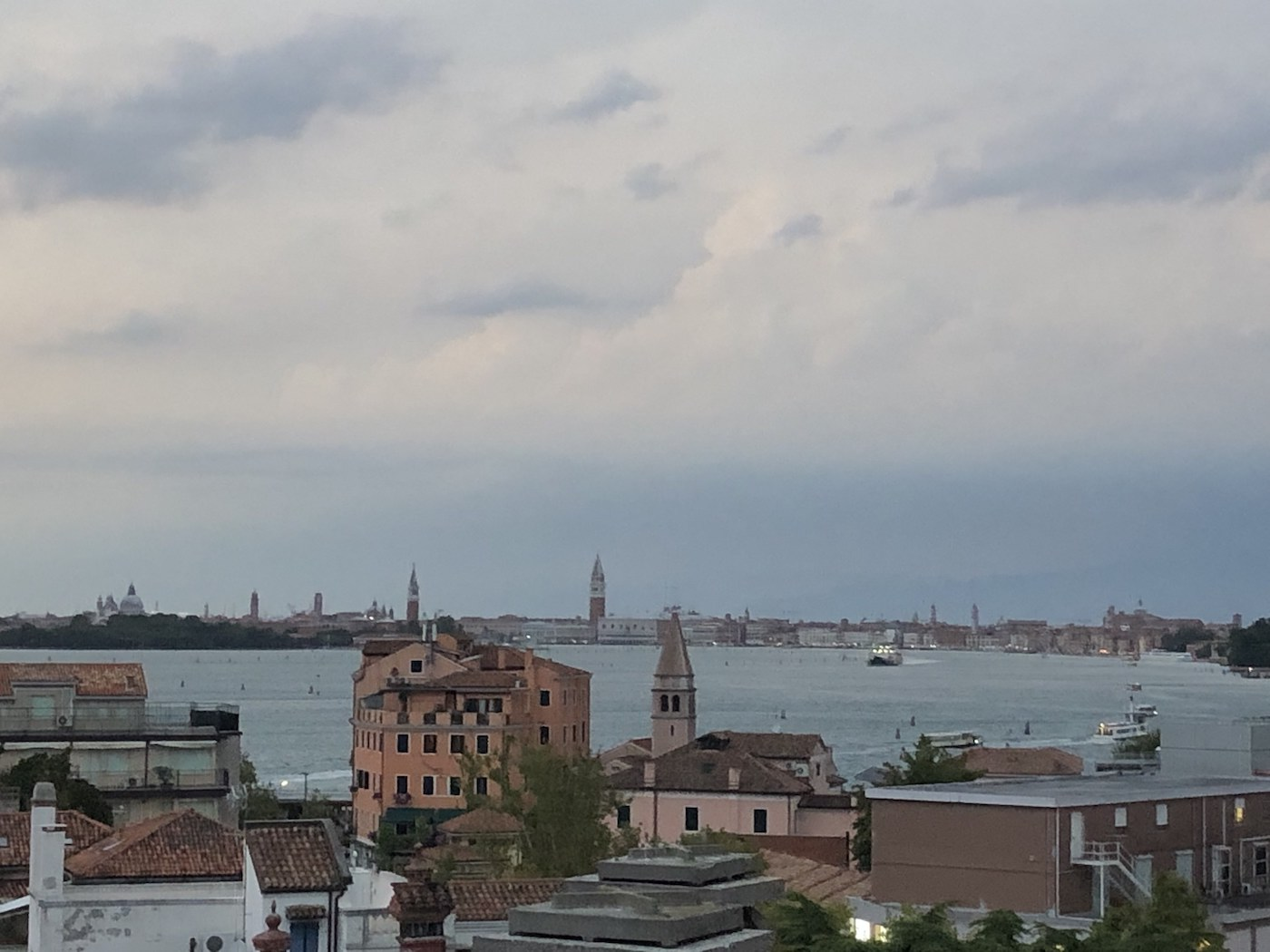 Vista sul Lido e Venezia dal roof top dell'hotel Ausonia Hungaria