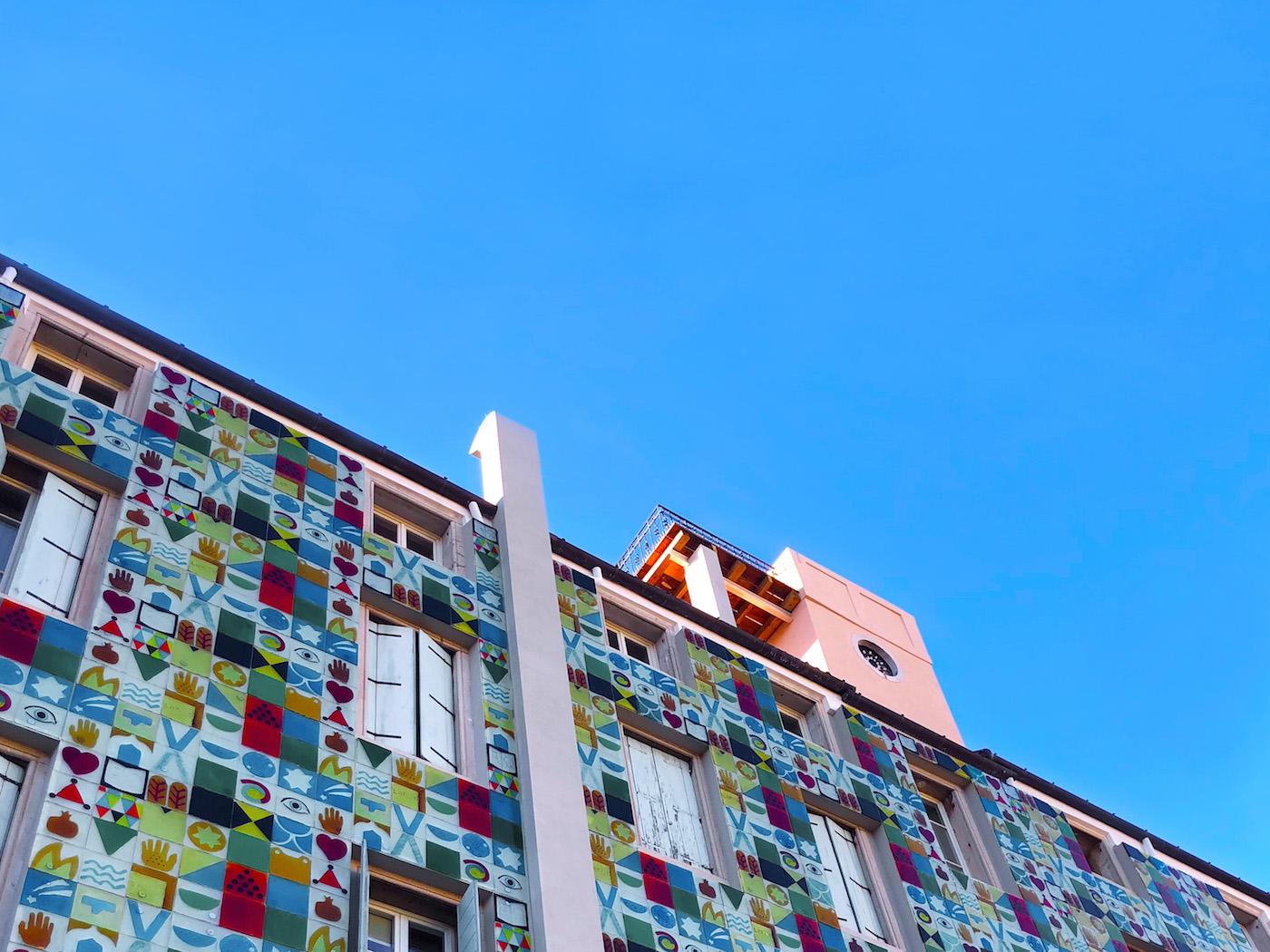 La facciata est dell'albergo, ideata da Joe Tilson