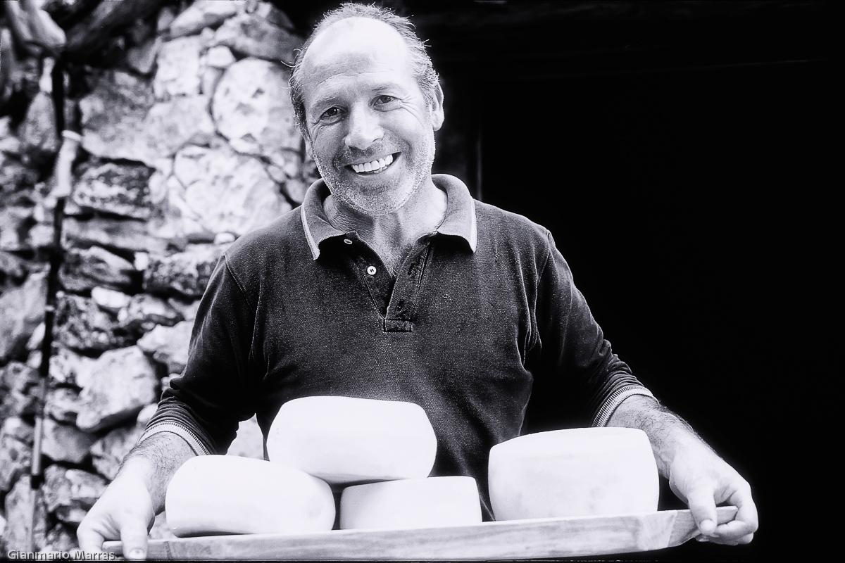 Supramonte - Pastore in ovile offre il suo pecorino