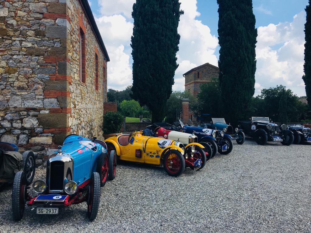 Le auto nella piazza di Borgo Scopeto, nel Chianti.