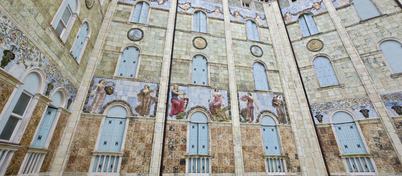 La facciata dell'hotel Ausonia Hungaria, con le piastrelle create dal ceramista Luigi Fabris