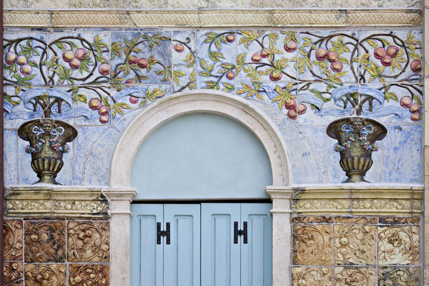 Particolare della facciata dell'hotel Ausonia Hungaria