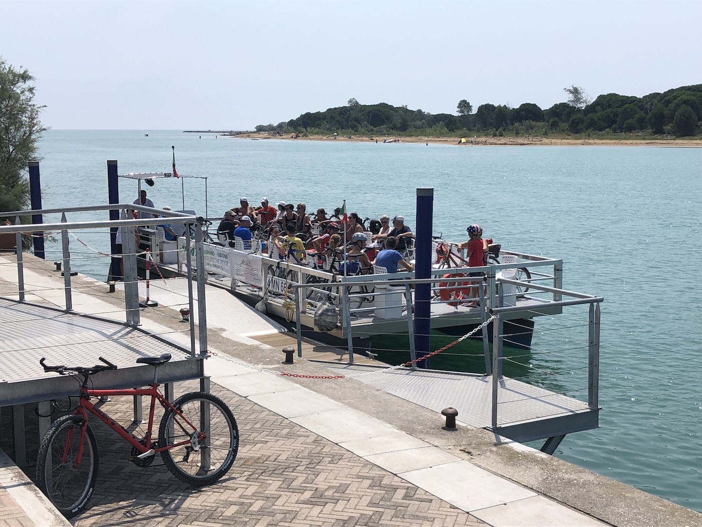 L'X River, il traghetto per ciclisti che collega la sponda friulana a quella veneta del fiume Tagliamento